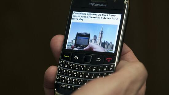 huGO-BildID: 23687398 A Blackberry subscriber holds a Research in Motion Blackberry in Ottawa, Wednesday Oct. 12, 2011. Sporadic outages of BlackBerry messaging and email service spread to the U.S. and Canada on Wednesday, as problems stretched into the third day for Europe, Asia, Latin America and Africa. (Foto:The Canadian Press, Adrian Wyld/AP/dapd) Quelle: dapd
