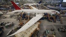 Ein 787 Dreamliner in der Produktion bei Boeing in South Carolina (Archivfoto). Technische Probleme verzögerten die Markteinführung des Modells und trieben die Kosten in die Höhe. Quelle: Reuters