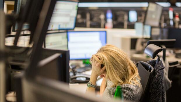 Dax aktuell: Finanzmärkte bleiben im Panikmodus – Dax rutscht mehr als 300 Punkte ab
