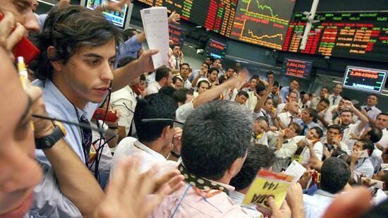 huGO-BildID: 8076310 Traders on the floor of the Sao Paulo Stock Exchange (Bovespa) in Brazil, Tuesday 27 February 2007. Chinese stocks plunged nearly 9 percent Tuesday, their biggest drop in a decade, rattling markets from Hong Kong to Singapore and as far away as New York amid fears of a slowdown in China's economy EPA/SEBASTIAO MOREIRA +++(c) dpa - Bildfunk+++ Quelle: dpa