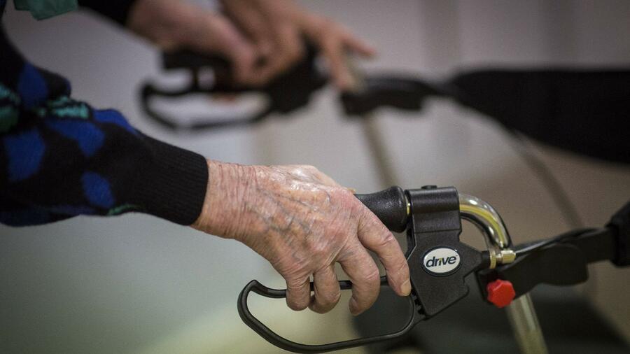 Seit der Pflegereform steigt die Zahl der Menschen die Anspruch auf Pflegeleistungen haben stark an. Quelle imago