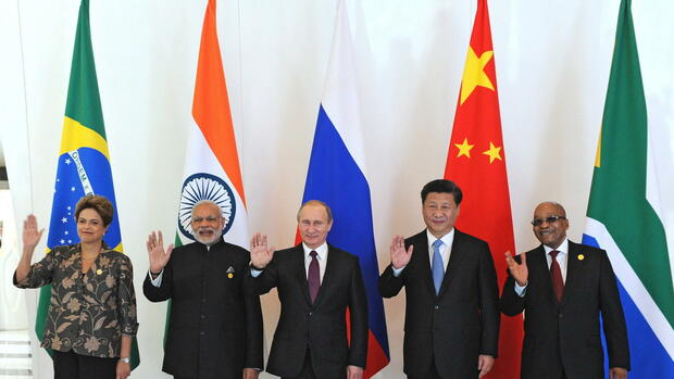 epa05026233 BRICS countries leaders: (L-R) Brasiliian President Dilma Rousseff, Indian Prime Minister Narendra Modi, Russian President Vladimir Putin, Chinese president Xi Jinping, South African President Jacob Zuma pose for the media during the BRICS leaders meeting prior of G20 summit in Antalya, Turkey, 15 November 2015. In additional to discussions on the global economy, the G20 grouping of leading nations is set to focus on Syria during its summit this weekend, including the refugee crisis and the threat of terrorism. EPA/MIKHAIL KLIMENTYEV/RIA NOVOSTI/KREMLIN POOL MANDATORY CREDIT +++(c) dpa - Bildfunk+++ Quelle: dpa