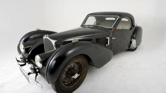 huGO-BildID: 12934881 A rare 1937 Bugatti Type 57S Atalante sports car is displayed at Phoenix Garage in Hartley Wintney, U.K., on Friday, Jan. 9, 2009. The car, one of only 17 built, is forecast to fetch at least 6 million pounds ($8.7 million) when it is auctioned by Bonham's in Paris in February. Photographer: David Hartley/Bloomberg News Quelle: BLOOMBERG NEWS