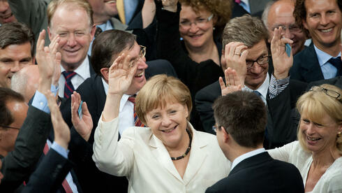 Bundeskanzlerin Angela Merkel bei der Abstimmung im Bundestag über den Fiskalpakt und den ESM. Quelle: dpa