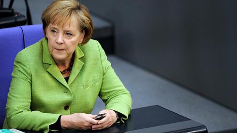 Angela Merkel (CDU) mit Handy im Bundestag (Archivfoto): Wurde die Bundeskanzlerin von US-Geheimdiensten überwacht? Quelle: dpa