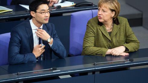 FDP-Chef und Vizekanzler Philipp Rösler (FDP) neben Bundeskanzlerin Angela Merkel (CDU) im Bundestag in Berlin. Quelle: dpa