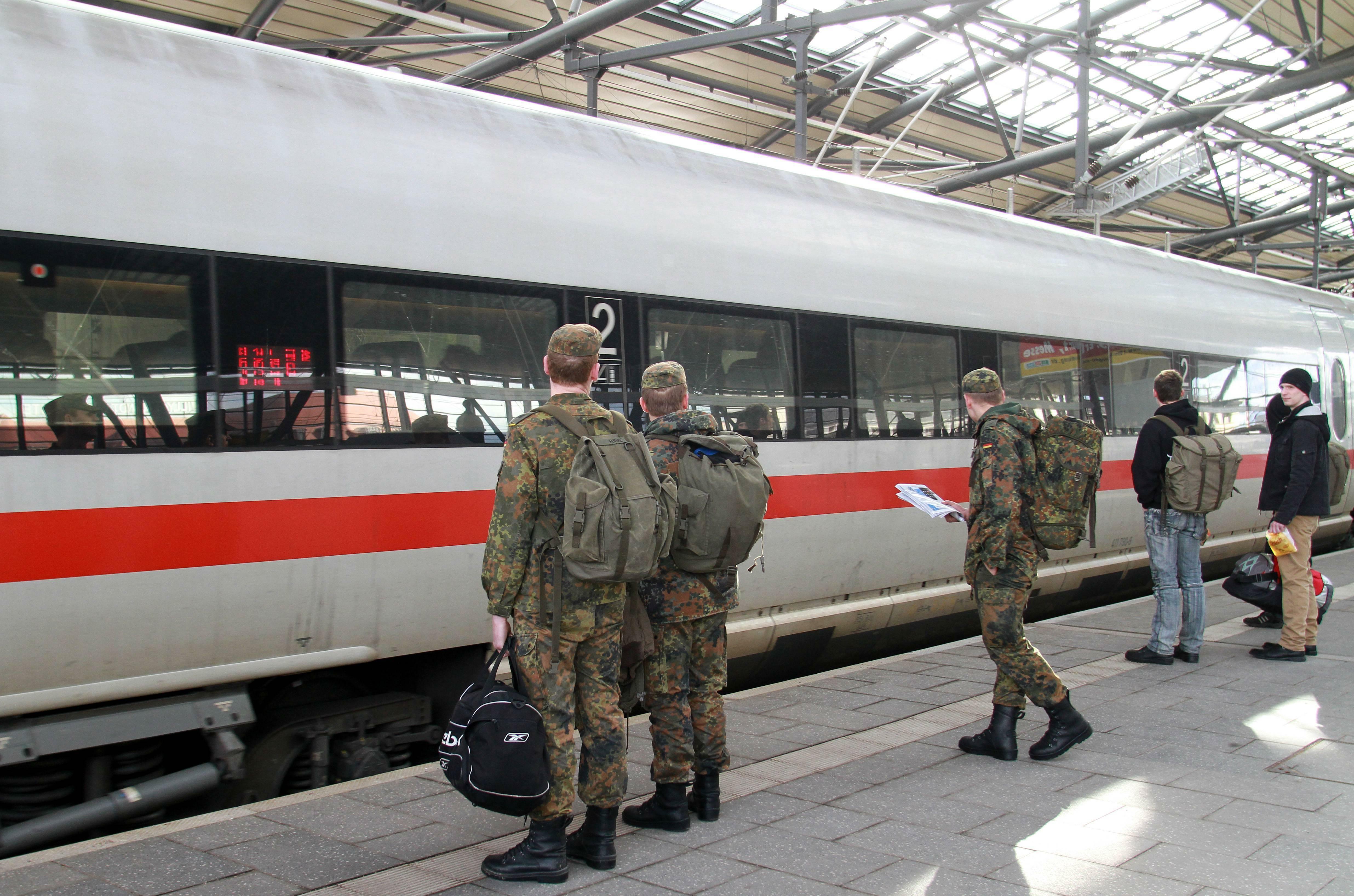 Soldaten in Uniform können ab 1. Januar 2020 kostenlos Bahn fahren