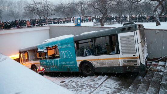Bus fährt in Moskau in Menschenmenge - Tote und Verletzte