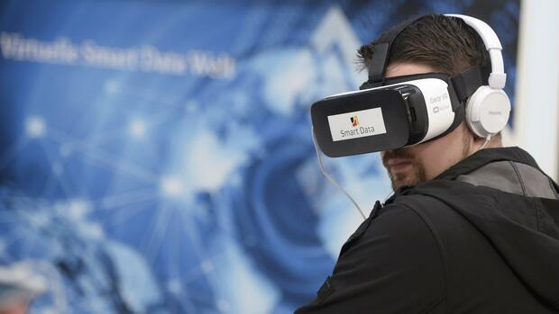 A visitor wears Samsung Gear VR goggles at the exhibition stand of Frauenhofer Institute at the world's biggest computer and software fair CeBit in Hanover, Germany, March 14, 2016. REUTERS/Nigel Treblin Quelle: Reuters