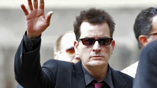 "huGO-BildID: 21183245 FILE - In a Aug. 2, 2010 file photo, Charlie Sheen waves as he arrives at the Pitkin County Courthouse in Aspen, Colo., for a hearing in his domestic abuse case. Warner Bros. Television says it has fired actor Charlie Sheen from the hit sitcom ""Two and a Half Men.""The studio that produces the CBS series said the decision was made after ""careful consideration."" (Foto:Ed Andrieski, File/AP/dapd) Quelle: dapd"