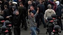 Men shout during a far-right protest in Chemnitz, after a man has died and two others were injured. Quelle: AP