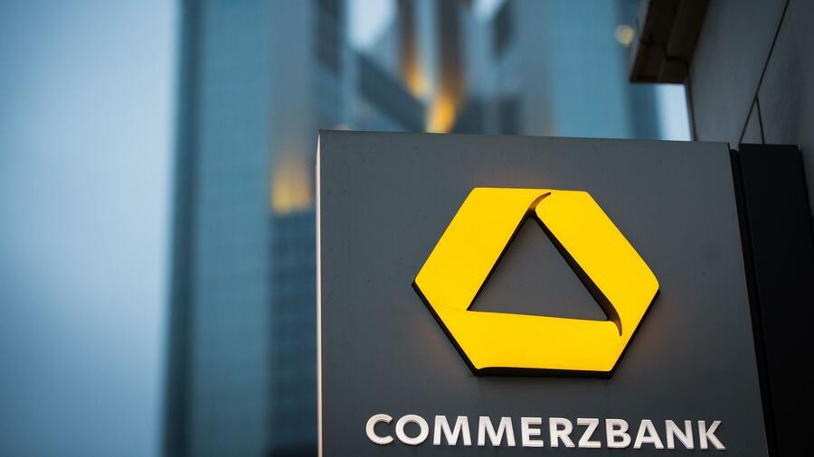 Il segno di una filiale Commerzbank vicino al quartier generale della Commerzbank a Francoforte.  La banca ha guadagnato meno del previsto.  Fonte: dpa