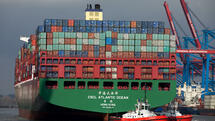 Das Containerschiff CSCL Atlantic Ocean der China Shipping Container Lines transportiert unzählige Container. Quelle: dpa