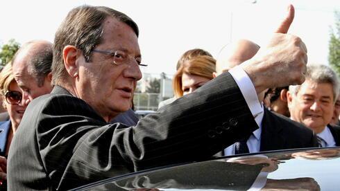 Der Konservative Nikos Anastasidis bei der Abstimmung zur Präsidentenwahl in Zypern. Quelle: dpa