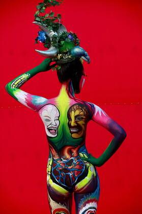 Die farbenfrohen Bodypaintings lockten tausende Besucher an. Quelle: dpa