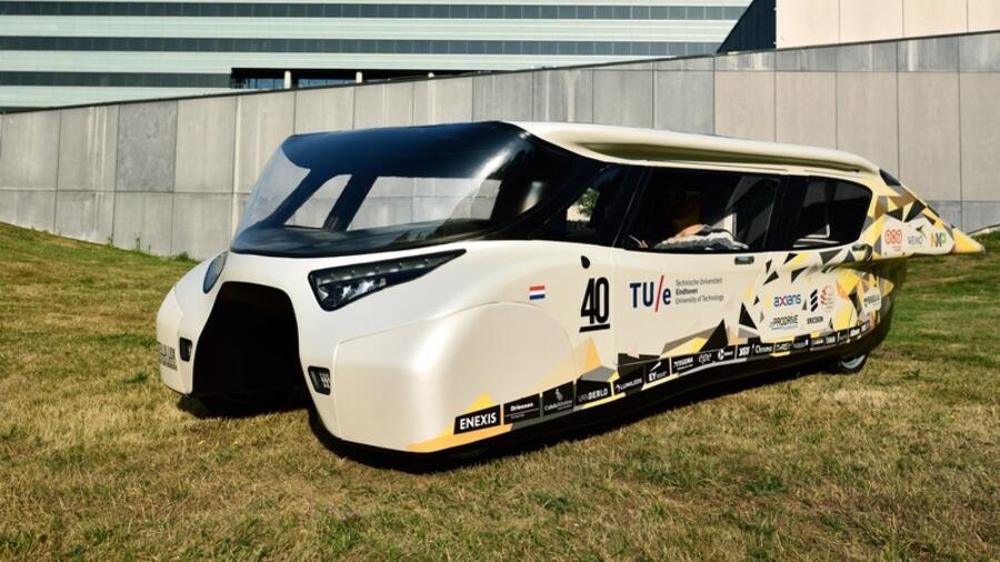 solar auto mit kilometern reichweite vom sonnenlicht getrieben. Black Bedroom Furniture Sets. Home Design Ideas