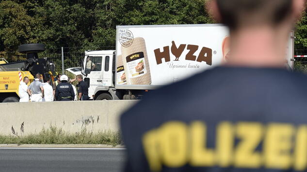 huGO-BildID: 48359075 epaselect epa04900694 Forensic experts investigate a truck in which refugees were found dead as it stands on freeway autobahn A4 between Parndorf and Neusiedl, Austria, 27 August 2015. According to reports, some 50 refugees were found dead in the lorry parked at the autobahn. It cannot be confirmed if the dead suffocated in the truck, as some media have reported. The lorry was discovered by highway workers who called police. The driver has disappeared, according to media reports. EPA/HERBERT P. OCZERET +++(c) dpa - Bildfunk+++ Quelle: dpa