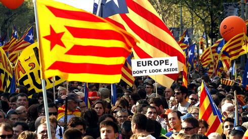 Tausende Katalanen demonstrieren in Barcelona für ein unbabhängiges Katalonien (Archivbild vom am 11.09.2012). Die Separatismus-Welle bereitet dem spanischen Zentralstaat erhebliche Sorgen. Quelle: dpa