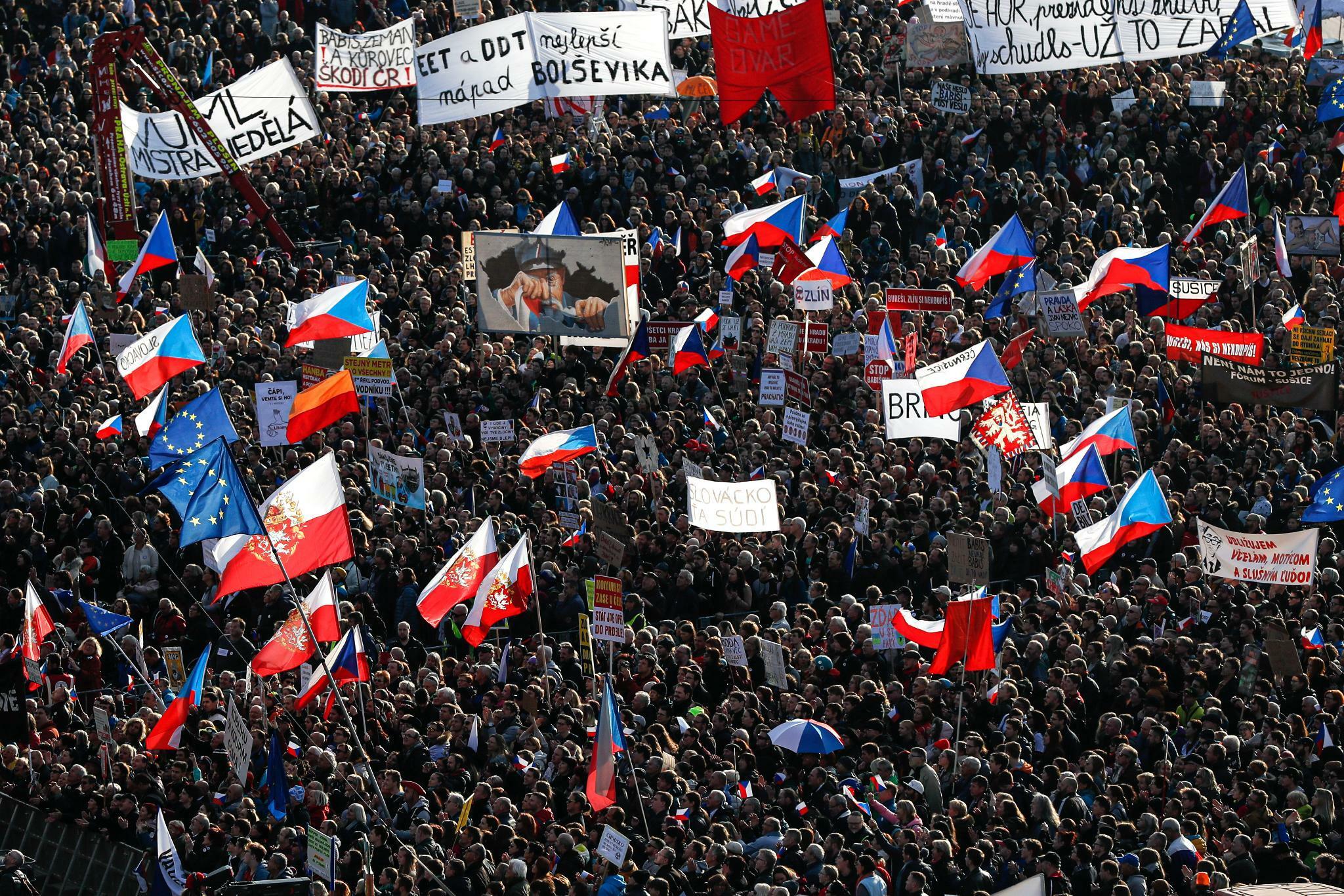Eine Viertelmillion Menschen protestieren in Prag
