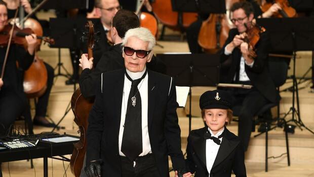 Karl-Lagerfeld-in-der-Elbphilharmonie-Des-K-nigs-neue-Kleider