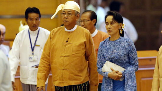 Am Mittwoch ist Htin Kyaw (M.) zum ersten zivilen Präsidenten Myanmars seit mehr als einem halben Jahrhundert ernannt worden – zwei Wochen nach seiner Wahl durch das Parlament. Er sprach nach seiner Amtsvereidigung von einem historischen Augenblick beim Übergang seines Landes von jahrzehntelanger Militärherrschaft zur Demokratie. Kyaw ist ein enger Vertrauter von Friedensnobelpreisträgerin Aung San Suu Kyi (r.). Nach der Abstimmung rief er unter dem Jubel der Abgeordneten, sein Sieg gebühre Suu Kyi – und brachte damit zum Ausdruck, was er ist: ein Präsident von Suu Kyis Gnaden. Quelle: dpa