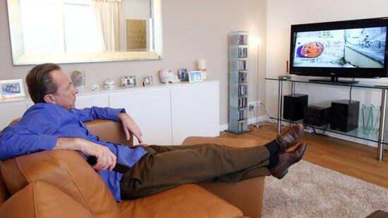 so wird der flachbildfernseher richtig aufgestellt. Black Bedroom Furniture Sets. Home Design Ideas
