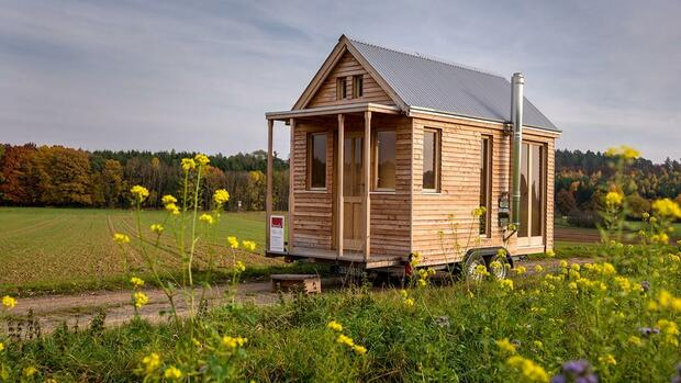 tiny house auf r dern ein holzhaus f r zugv gel. Black Bedroom Furniture Sets. Home Design Ideas