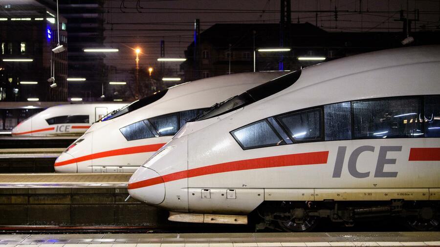 Züge vom Typ ICE stehen am Münchner Hauptbahnhof. Der Bundesrechnungshof kritisiert die mangelnde Aufsicht der Bundesregierung über die Verwendung der Steuergelder. Die Bahn darf sie praktisch unkontrolliert ausgeben. Quelle dpa