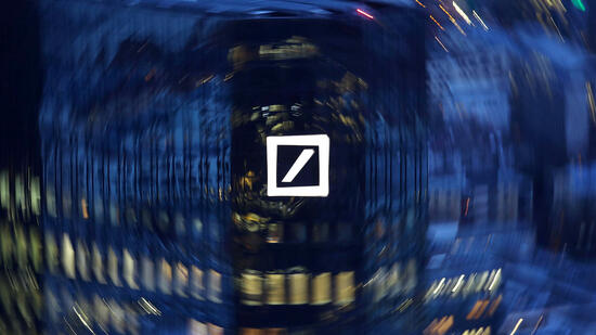 Die Deutsche Bank verdient überraschend mehr Geld