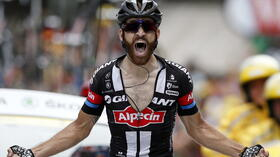 dpatopbilder epa04856603 Team Giant Alpecin rider Simon Geschke of Germany celebrates as he crosses the finish line to win the 17th stage of the 102nd edition of the Tour de France 2015 cycling race over 161 km between Digne-les-Bains and Pra Loup, France, 22 July 2015. EPA/YOAN VALAT +++(c) dpa - Bildfunk+++ Quelle: dpa