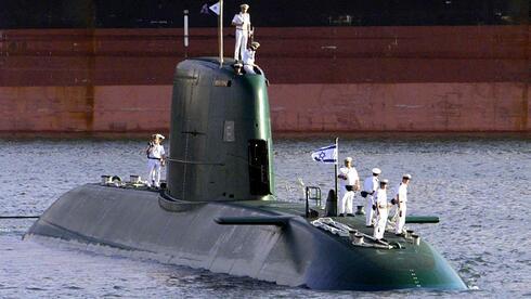 """Das erste von drei in Deutschland gebauten U-Booten der israelischen Marine, die """"INS Dolphin"""", läuft in den Heimathafen Haifa ein (Archivfoto von 1999). Quelle: dpa"""