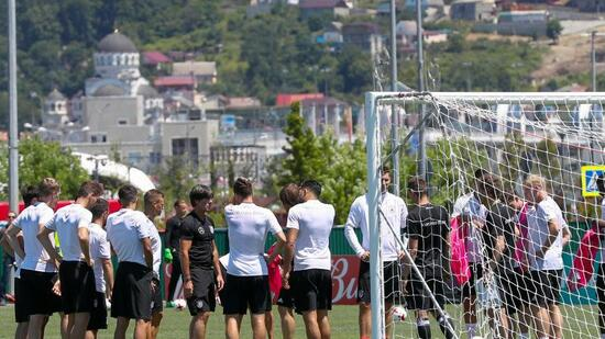 Joachim Löw hat die DFB-Spieler vor dem Training um sich versammelt