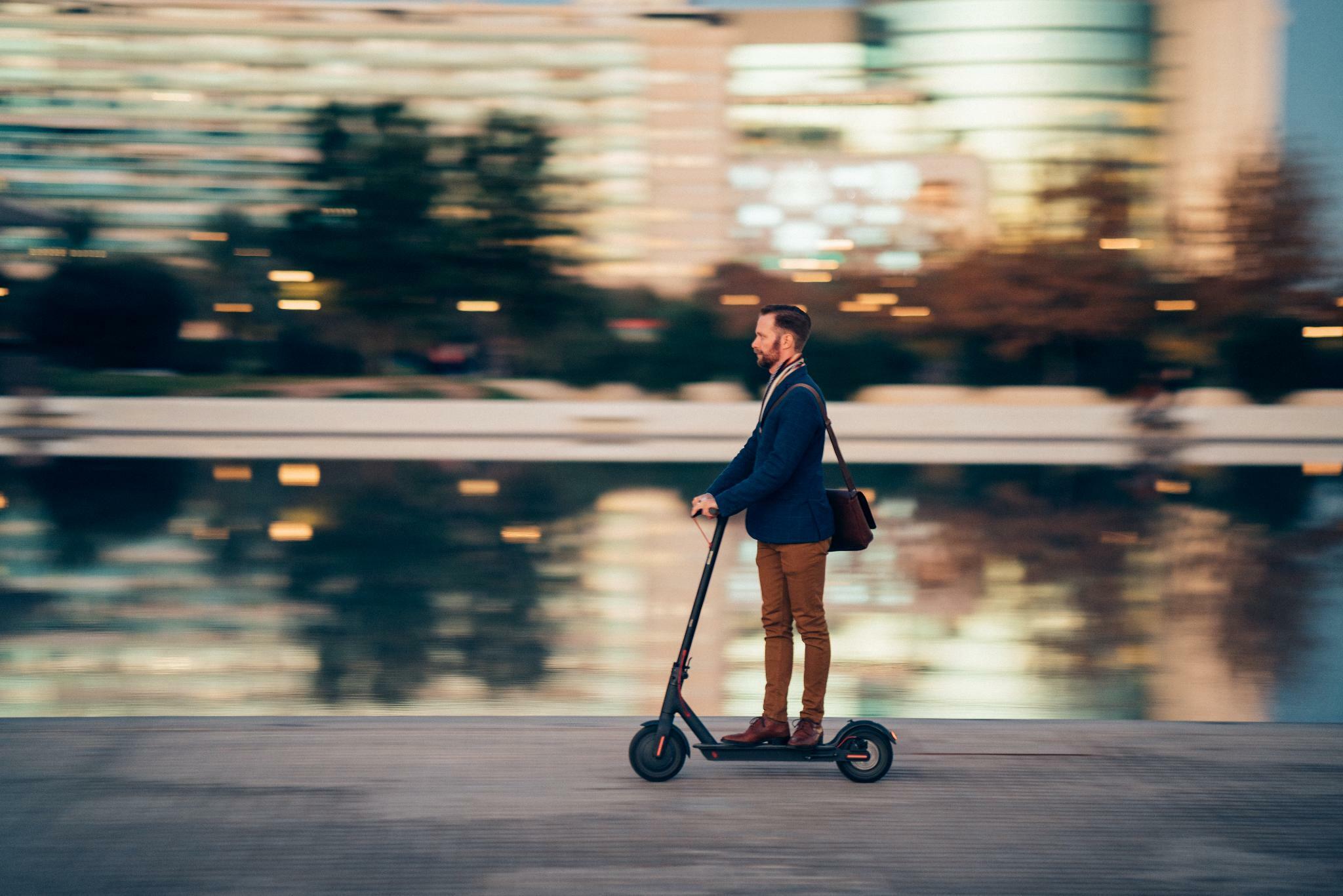 Scheuer macht Weg für E-Scooter und Hoverboards frei