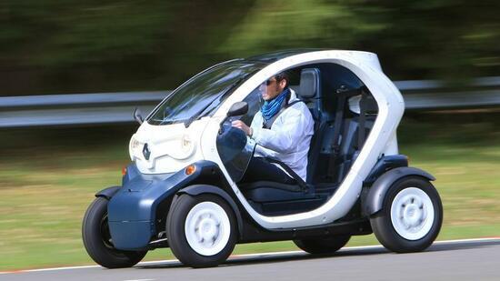 erste ausfahrt im renault twizy elektro auto trifft motorrad. Black Bedroom Furniture Sets. Home Design Ideas