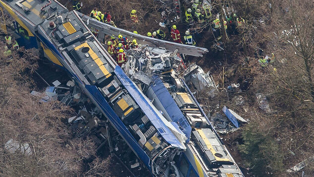 Aerial view of rescue forces working at the site of a train accident near Bad Aibling, Germany, Tuesday, Feb. 9, 2016. Several people were killed when two trains collided head-on. (Peter Kneffel/dpa via AP) Quelle: ap
