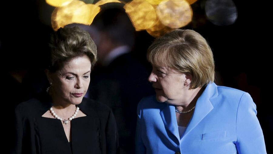 President Dilma Rousseff (l.) receives German Chancellor Angela Merkel before a dinner at the Alvorada Palace in Brasilia. Quelle: Reuters