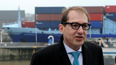 Bundesverkehrsminister Alexander Dobrindt am Nord-Ostsee-Kanal: Der Ausbau des Kanals kostet insgesamt voraussichtlich 540 Millionen Euro. Quelle: dpa