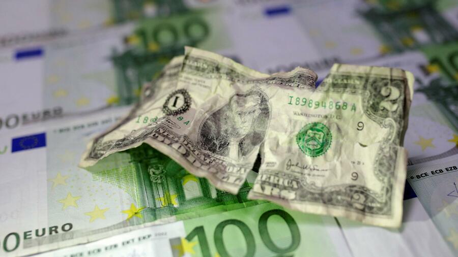 Am Montag gab der Euro noch weiter nach. Quelle Reuters