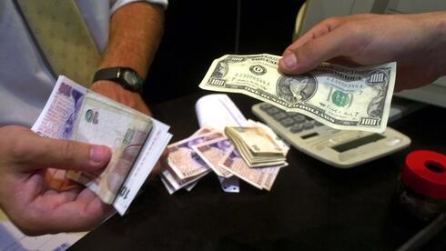 Menschen tauschen in einer Wechselstube argentinische Pesos in US-Dollar um. Quelle: ap