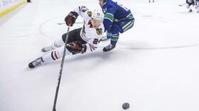 Dominik Kahun (l) ist mit den Chicago Blackhawks weiter glücklos. Foto: Darryl Dyck/The Canadian Press/AP Quelle: dpa