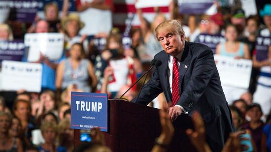 huGO-BildID: 46723049 PHOENIX, AZ - JULY 11: Republican Presidential candidate Donald Trump addresses supporters during a political rally at the Phoenix Convention Center on July 11, 2015 in Phoenix, Arizona. Trump spoke about illegal immigration and other topics in front of an estimated crowd of 4,200. Charlie Leight/Getty Images/AFP == FOR NEWSPAPERS, INTERNET, TELCOS & TELEVISION USE ONLY == Quelle: AFP