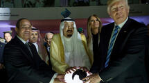 In this Sunday, May 21, 2017 photo released by the Saudi Press Agency, from left to right, Egyptian President Abdel Fattah al-Sissi, Saudi King Salman, U.S. First Lady Melania Trump and President Donald Trump, visit a new Global Center for Combating Extremist Ideology, in Riyadh, Saudi Arabia. (Saudi Press Agency via AP) Quelle: AP