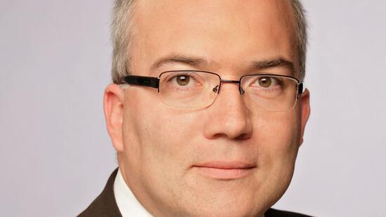 Dr. <b>Ralf Ahrens</b> ist Direktor des Rentenfondsmanagements bei Frankfurt-Trust. - 3-format2010