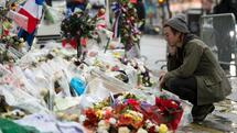 Drummer of the US rock group Eagles of Death metal Julian Dorio pays tribute to the victims of the November 13 Paris terrorist attacks at a makeshift memorial in front of the Bataclan concert hall on December 8, 2015 in Paris. The Eagles of Death Metal band returned to the Bataclan concert hall in Paris, nearly a month after they survived a jihadist attack there in which 90 people died. / AFP / MIGUEL MEDINA Quelle: AFP