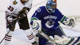 Dustin Byfuglien gegen Canucks-Goalie Roberto Luongo. Foto: Bongarts/Getty Images Quelle: SID