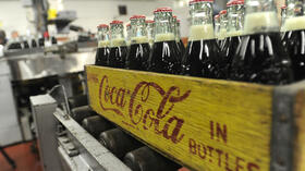 huGO-BildID: 28389266 FILE - In this Tuesday, Oct. 9, 2012, photo, bottles in the last run are prepared for crates at the Coca-Cola Bottling Company in Winona, Minn. Nearly 6,000 6.5-ounce returnable glass bottles were filled for the last time after 80 years of production. (Foto:Winona Daily News, Andrew Link/AP/dapd) Quelle: dapd