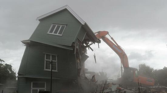 huGO-BildID: 21062629 epa02602380 Dust rises as a quake-damaged house is demolished on Bealy Ave in Christchurch, New Zealand, 26 February 2011. Christchurch was rocked by a 6.3 magnitude earthquake at 12.51 pm on 22 February laying waste to much of the city. Hundreds of people remain trapped in collapsed buildings and rubble across the cental business district of the popular tourist spot. EPA/TRACEY NEARMY AUSTRALIA AND NEW ZEALAND OUT +++(c) dpa - Bildfunk+++ Quelle: dpa