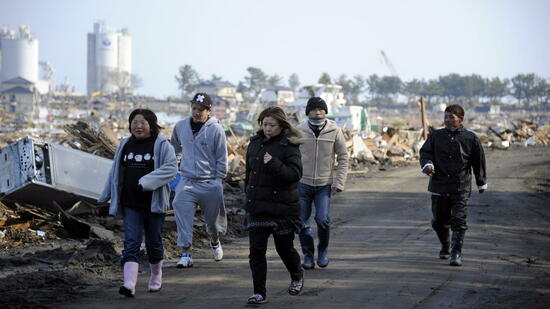 huGO-BildID: 21247282 epa02631051 Local residents run as a tsunami alert has been released at the devastated Haragama village in Soma, Fukushima prefecture, Japan, 13 March 2011. The Japan Meterological Agency on 13 March upgraded the magnitude of the devastating earthquake two days earlier to 9. EPA/FRANCK ROBICHON +++(c) dpa - Bildfunk+++ Quelle: dpa