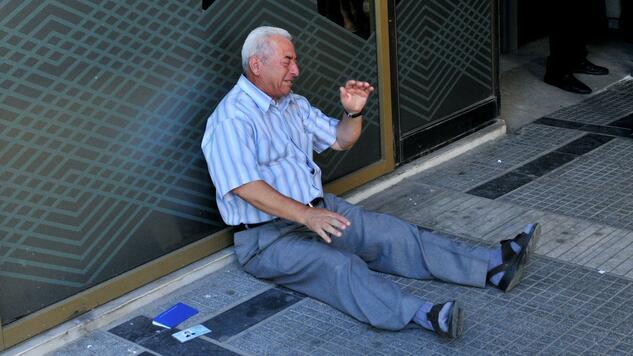 Dieses Bild geht um die Welt: In Thessaloniki bricht der Rentner Giorgos Chatzifotiadis weinend zusammen, weil keine Bank ihm seine Rente auszahlt. Quelle: AFP