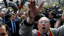 Emmanuel Macron (C), head of the political movement En Marche !, or Onwards !, and candidate for the 2017 French presidential election, is surrounded by journalists as he arrives to meet Whirlpool employees in front of the company plant in Amiens, France, April 26, 2017. REUTERS/Pascal Rossignol Quelle: Reuters